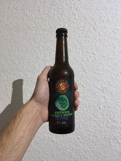 Sechshundertdreiundneunzigstes Bier:  Schoppe Bräu Grüner wird's nicht 6,0% vol. Berlin, Deutschland  Trüb bernsteinfarben, mit leicht fruchtigem und hefigem Geruch. Geschmacklich geht es dann hefig weiter, dazu etwas Seife und Hopfenbittere, die auch im Nachtrunk lange anhält. Etwas unausgewogen und zu wenig grünhopfig für meinen Geschmack. 5/10