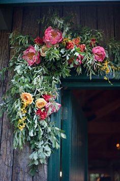arranjo floral na porta