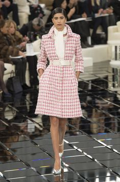 Chanel's Couture Spring/Summer 2017 Collection - All the Looks From Chanel Couture Runway Chanel Couture, Haute Couture Style, Haute Couture Paris, Cozy Fashion, Vogue Fashion, Runway Fashion, High Fashion, Fashion Show, Fashion Outfits