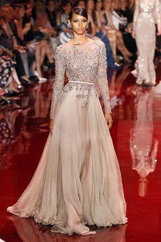 Alta Costura Otoño-Invierno 2014, el diseñador Elie Saad, presenta una colección caracterizada por  la sofisticación y glamour de sus creaciones.
