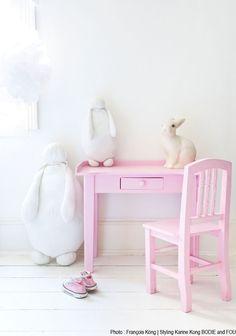 Lief! Ook met een overwegend witte #meisjeskamer kun je de lievelingskleur terug laten komen door een groot element als dit #roze bureautje.