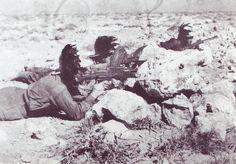 Italian Bersaglieri soldiers whit Bren light machine gun in North Africa