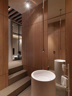 This multilevel contemporary apartment         '아파트 같지 않은 아파트' 정형화된 평면의 우리의 아파트와는 사뭇 다르다.   이 놀랍도록 세...