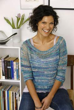Garnets nuancer og strikketeknikkens åbenhed givet en let model, der passer over både stroptoppe og langærmede bluser.