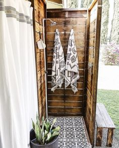 Do you have a vision for an outdoor shower? Employ this definitive DIY guide to build an outdoor shower & create a dreamy backyard escape! Outdoor Pool Shower, Outdoor Shower Enclosure, Outdoor Bathrooms, Outdoor Baths, Outdoor Kitchens, Outdoor Sauna, Outdoor Spaces, Outdoor Living, Outside Showers