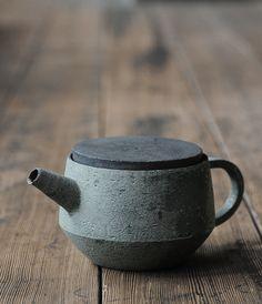 Ceramic teapots and cups by potter Takeshi Omura. Pottery Teapots, Ceramic Teapots, Ceramic Clay, Ceramic Pottery, Japanese Ceramics, Japanese Pottery, Wabi Sabi, Earthenware, Stoneware