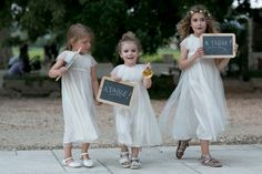Trouvez la tenus des petites filles d'honneur parmi les sélections de Mariage à la Lettre !  http://www.mariage-a-la-lettre.com/  ©StudioCabrelli - Mariage en Provence - La mariee aux pieds nus