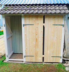 This type of rustic garage doors is an obviously inspirational and extraordinary idea Outdoor Tool Storage, Diy Storage Shed Plans, Garden Storage Shed, Outdoor Tools, Outdoor Decor, Garage Door Design, Garage Doors, Green Garden, Outdoor Gardens