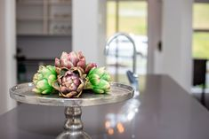 Floral arrangements make a stylish statement in your kitchen interior. Kitchen Interior, Home Interior Design, Kitchen Accessories, Floral Arrangements, New Homes, Trends, Table Decorations, Stylish, House