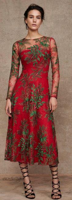 мода для пожилых - нарядное прозрачное цветастое платье на красном подкладе