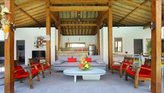 Villa 4 kamar disewakan di Bali. Living room terbuka langsung menghadap ke kolam renang.