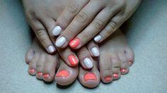 Letni neon na stopach i dłoniach. Jagoda Uczułka stylizacja paznokci