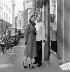 Modebild för Sahlins konfektionsfabrik. Modell i kappa med pälskrage, högklackat…