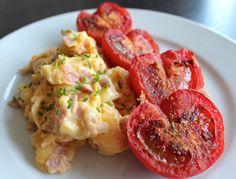 Schinken-Rührei mit gebratenen Tomaten