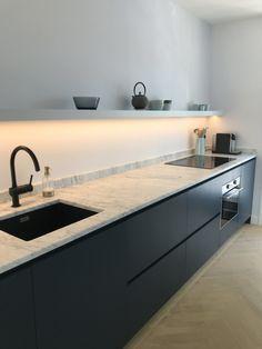 Bij deze moderne keuken is mooi gebruik gemaakt van een LED strip. Deze geeft goede verlichting om bij te koken, maar is in een gedimde stand erg sfeervol. #ledstrip #keukenverlichting #keukeninspiratie