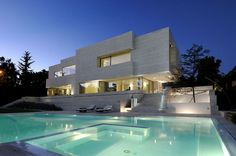 Dynamic House in Las Rozas integrating volumes in its structure