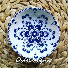 🇳🇱 En weer een blauwe maandag...even tijd nemen voor nieuwe ontwerpen. Het kan heel ontspannend werken als je maar één of twee kleuren… Dot Art Painting, Mandala Painting, Pottery Painting, Stone Painting, Color Me Mine, Mandala Painted Rocks, Hand Painted Pottery, Painted Plates, Mandala Dots