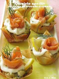 Appetizer baskets with avocado cream and salmon Finger Food Desserts, Finger Foods, Cocktail Party Food, Romanian Food, Romanian Recipes, Good Foods To Eat, Food Goals, Quick Snacks, Appetisers