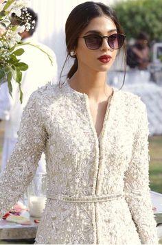 What a beauty Desi Wedding Dresses, Pakistani Wedding Outfits, Pakistani Dresses Casual, Pakistani Dress Design, Indian Dresses, Shadi Dresses, Look Short, Designer Party Wear Dresses, Indian Designer Wear