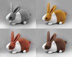 **Informar a cor do coelho no momento da compra!**    Cores:    - Preto  - Cinza  - Caramelo  - Telha  - Marrom    Coelho holandês realístico, perfeito para decorar ou mesmo para brincar!    Possui cerca de 20+ cms de altura (incluindo as orelhas).  É possível personalizar com outras cores. Deixe...