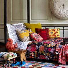 Colorful Bedroom Design With Fabric Decoration Using As Blanket The interior design apartment with floral motifs decoration Interior Design Colourful Living Room, Eclectic Living Room, Eclectic Bedding, Colourful Bedroom, Eclectic Bedrooms, Living Rooms, Boho Bedding, Colorful Bedding, Colorful Pillows