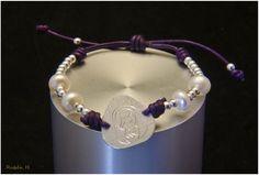 Pulsera medalla Virgen plata perlas y cuero morada. Joyería artesanal personalizada