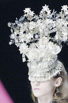 Alexander McQueen Spring 2008 Ready-to-Wear Fashion Show Isabella Blow, Flower Headdress, British Flowers, British Fashion Awards, Body Adornment, Tiaras And Crowns, Hats For Women, Editorial Fashion, Alexander Mcqueen