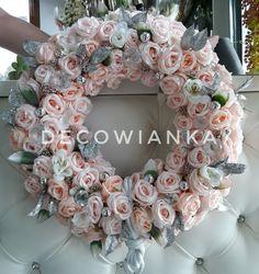 Pracownia florystyczna DecoWianka proponuje Państwu kompozycje kwiatowe wykonane z najwyższej jakości materiałów do złudzenia przypominaja żywe. DecoWianka dekoruj z nami cały rok Floral Wreath, Wreaths, Autumn, Home Decor, Crown Cake, Floral Crown, Decoration Home, Door Wreaths, Fall Season