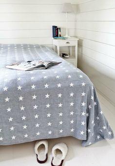 Vaakaan asennettu paneeli luo rauhallista tunnelmaa makuuhuoneeseen. Vastaavanlaista seinäpintaa saat peittomaalatulla Wicco Valmispaneelilla 15x145 mm.