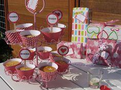 Volg jij Welke.nl ook al op facebook? Inmiddels hebben we meer dan 10.000 likes en dat willen we graag met jullie vieren! Als cadeautje hebben we daarom dit leuke feestpakketje gemaakt dat je gratis kunt downloaden. Het bestaat uit bijpassende cupcake wrappers, cupcake toppers, cadeaulabels en een vlaggenslinger die je kunt personaliseren. Bak zelf de cupcakes met het onderstaande recept en het feest kan beginnen!