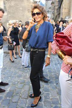 Pantalón negro camisa azul. Naty Abascal