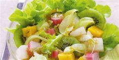 Saladas com frutas e folhas verdes
