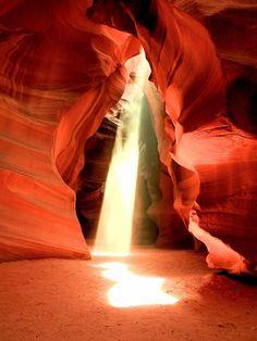 アメリカ南西部アリゾナとユタの州境にある小さな町ページは知る人ぞ知る絶景づくしの町です神秘の峡谷アンテロープキャニオンや油絵のようなホースシューベンドなど地球が生んだ力強い光景がここに存在します 荒野の地平線から陽が昇り陽が沈み灯りの少ない町の夜空にはくっきりと星が瞬きます太陽系の絶景までも望めるページ今回は観光におススメのヶ所をご紹介します