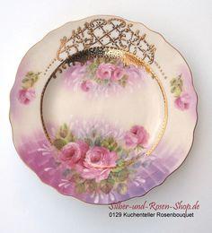 Am Kuchenteller sieht man das romantische Rosen-Design noch mal ganz genau. Aufwändige Goldverzierungen runden das Ganze ab.
