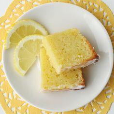 材料 ■ケーキ ・薄力粉1と1/2カップ ・万能薄力粉1と1/2カップ ・ベーキングパウダー小さじ2 ・重曹ティースプーン1/4 ・塩小さじ1 ・砂糖2と1/4カップ ・すりおろしたレモンの皮1/4カップ ・レモンジュース1/4カップ ・溶かし無塩バター2カップ ・室温のサワークリーム1/2カップ ・バニラエッセンス小さじ2  ■レモンシロップ ・レモンジュース1/3カップ ・砂糖1/3カップ  ■レモングレーズ ・粉砂糖2カップ ・レモンジュース大さじ4〜6