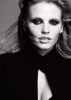 Het eerste campagnebeeld van Lara Stone voor L'Oréal Paris.