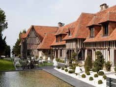 La Chaumière, hôtel**** à mi-chemin entre Deauville et Honfleur, au bord de la plage. Design contemporain, piscine intérieure.