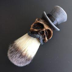 Op maat gemaakte Top Hat Shaving Brush met een gebeeldhouwde, gegoten en handbeschilderd handvat.  Beperkte grijs Tophat  Beschrijvingen: Synthetisch haar Knoop diameter: 20mm Loft: 65mm Totale lengte: 110mm