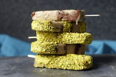 Banana, nutella and salted pistachio popsicles. Makes 7 popsicles cup shelled roasted salted pistachios 4 large bananas, ripe but not mushy A scant cup Nutella or another chocolate-hazelnut spread Flavorings , if desired Frozen Desserts, Frozen Treats, Just Desserts, Dessert Recipes, Gelato, Yummy Treats, Sweet Treats, Mantecaditos, Smitten Kitchen