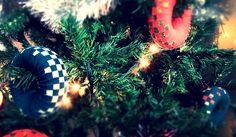 Quer uma nova decoração natalícia? Preencha a sua árvore de Natal com rodilhas, faça um centro de mesa, complete com fitas brilhantes, luzes coloridas e velas.