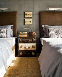 Чемодан в качестве прикроватной тумбы   #винтаж #серый #спальня #чемодан