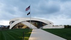 allied works wraps national veterans memorial & museum with concrete ribbons in ohio Veterans Memorial, Military Veterans, Circular Buildings, Building Front, Dawn And Dusk, Memorial Museum, Columbus Ohio, Cool Landscapes, Best Location
