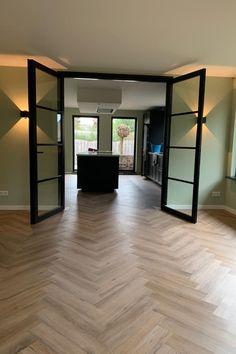 Smoked Oak PVC Visgraatvloer bij een tevreden klant thuis.   De visgraatpvc vloer is de interieurtrend van het moment! Dit pvc is speciaal gemaakt om in visgraat motief te leggen en heeft een hoogwaardige, levensechte uitstraling die niet van een echte houten vloer te onderscheiden is.  #vloerinspiratie #visgraatpvc #visgraatvloer House Design, Light Oak, Luxury Flooring, Apartment Design, House Styles, House Inspiration, New Homes, Home Deco, Home Interior Design