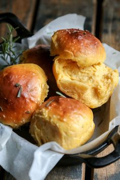 Rosemary Sea Salt Sweet Potato Rolls by countrycleaver. Uses 1 cup mashed sweet potato. These sound great! Think Food, I Love Food, Good Food, Yummy Food, Healthy Food, Sweet Potato Rolls, Fingerfood Party, Le Diner, Baking Recipes