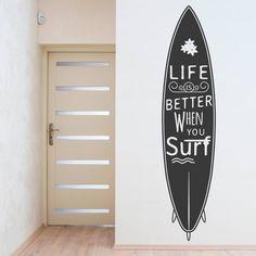 Vinil decorativo surf é ideal para dar um toque de estilo às paredes de casa. Encontre frases inspiradoras em vinil autocolante para criar ambientes impressionantes e personalizados.