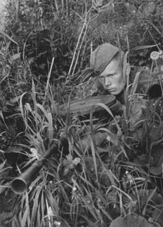 Красноармеец-разведчик с пулеметом ДП-27 в засаде