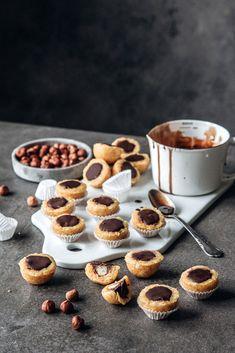 Toffifee — vegan und roh // schmecken laut Autorin nicht genau wie Toffifee sondern besser! Gesunder Zucker // Zutaten: getrocknete Aprikosen, geschälte Mandeln, Mandelmus, Ahornsirup, Vanilleextrakt, Salz, Haselnüsse, Kokosöl, Kakao, Zartbitter Schokolade