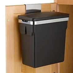 Dê uma utilidade para a parte interna das portas do armário da sua cozinha também, armazenando tampas de panelas ou escondendo a lixeira. | 23 maneiras inteligentes de organizar seu apartamento pequeno
