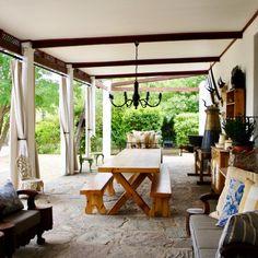Dié pragtige Karoo-stoep in Nieu-Bethesda wag vir jou en jou geliefdes!  #pation #stoep #antique #karoo #peaceful Dutch Gardens, Cape Dutch, Afrikaans, South Africa, Outdoors, Spaces, Outdoor Decor, Inspiration, Home Decor