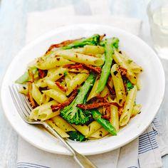 Deze pasta met broccoli staat binnen no-time op tafel, maar door de verrassende ingredienten maak je absoluut indruk op je vrienden. Venkelzaad, chilivlokken en hamreepjes maken van deze pasta een heuse smaakbom. Enjoy! 1....